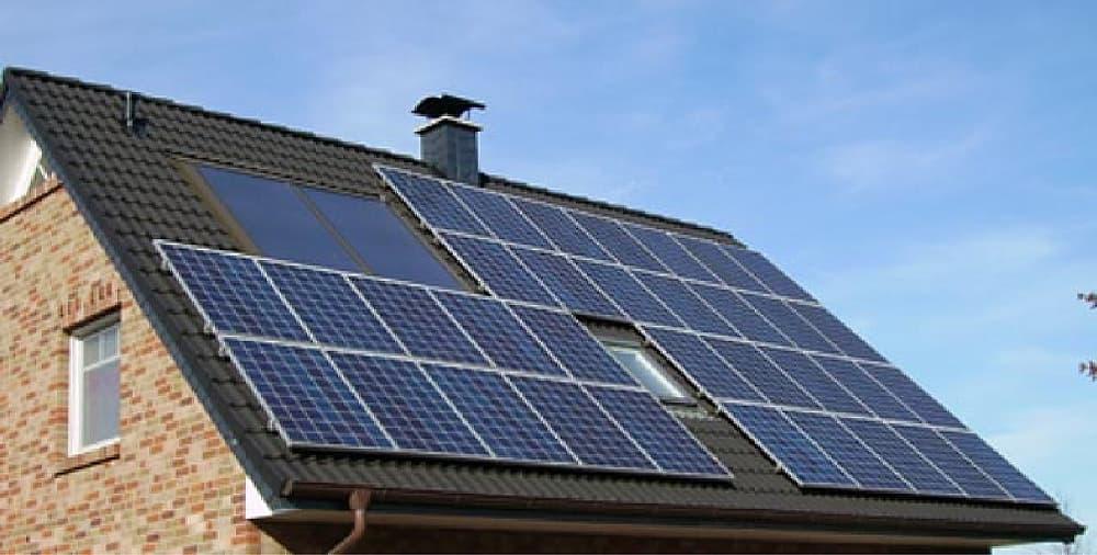 太陽光パネルのある家
